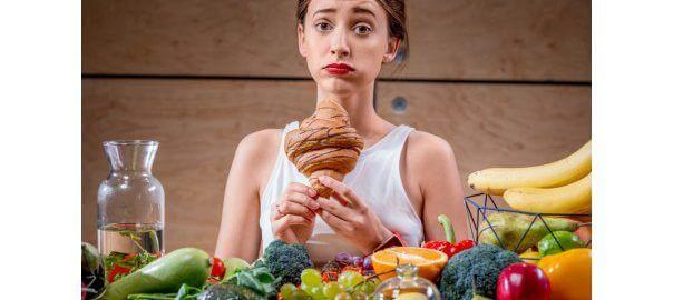 Mladá žena má problém s množstvím jídla