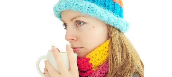 Zimní dívka s šálkem