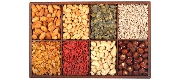 Semínka a ořechy v dřevěné bedýnce