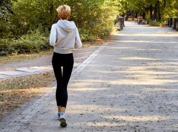 Běžící anorektická žena